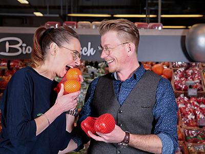 Paar kauft Obst und Gemüse